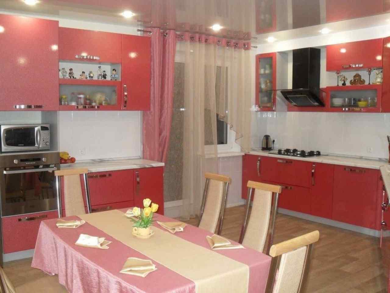 Кухня с балконной дверью дизайн фото
