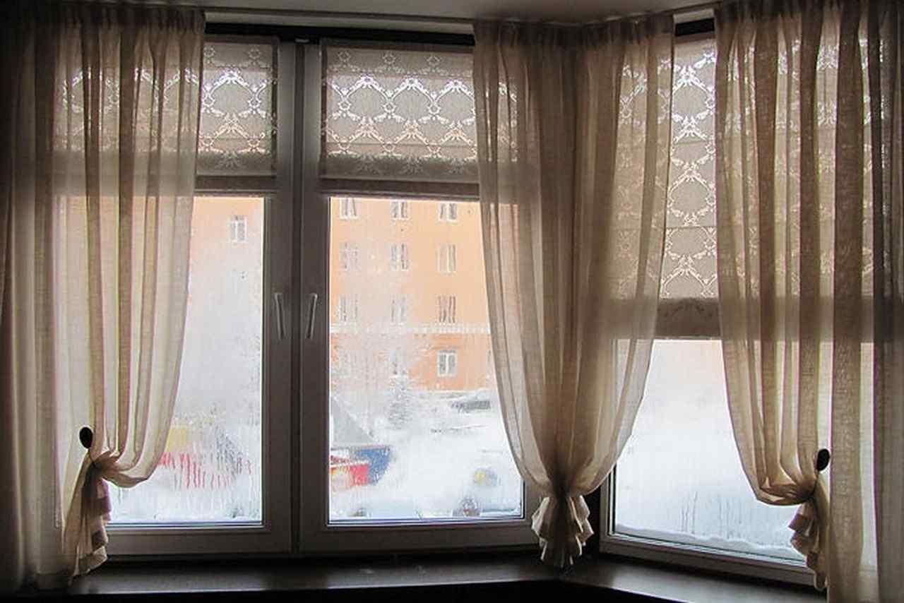 Шторы в гостиной окно балконный блок.